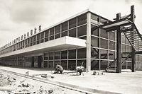 Am 26. August 1975 werden vor dem brandneuen Flughafengebäude die Straßen und Bürgersteige angelegt. Gut 30 Jahre später war das Gebäude überholt und wurde abgerissen.