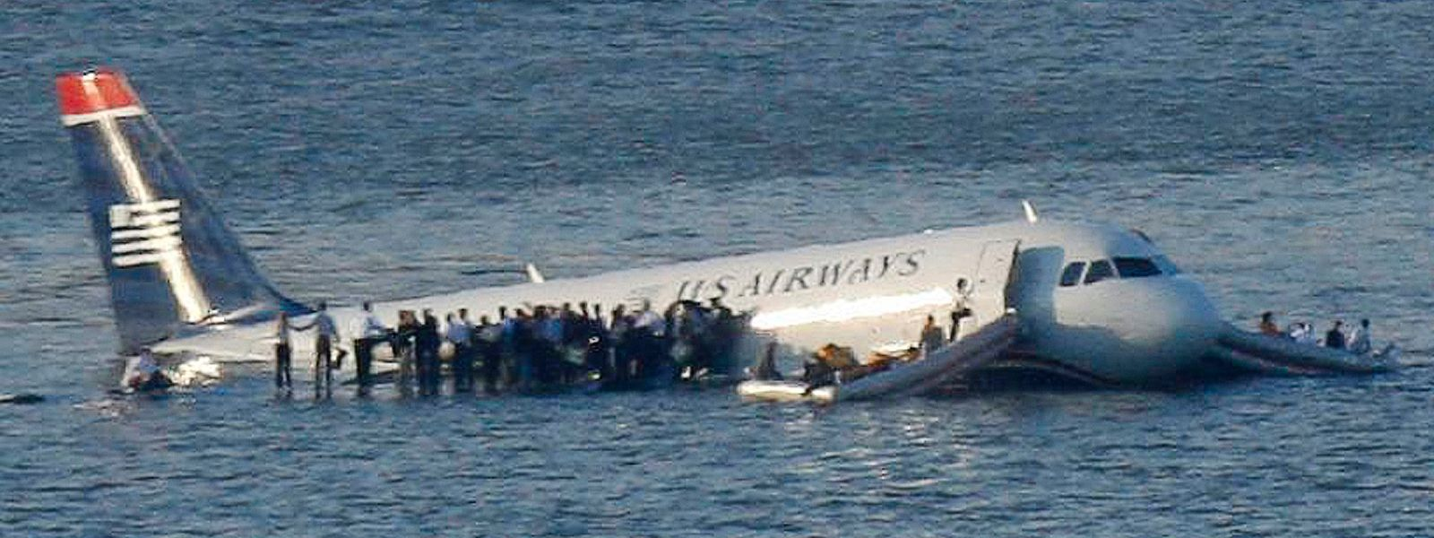 Nach der Notlandung retteten sich die Passagiere des verunglückten Airbus auf die Tragflächen und Luftinseln, deren Verbindung zum Flugzeug in weiser Voraussicht gekappt wurde.