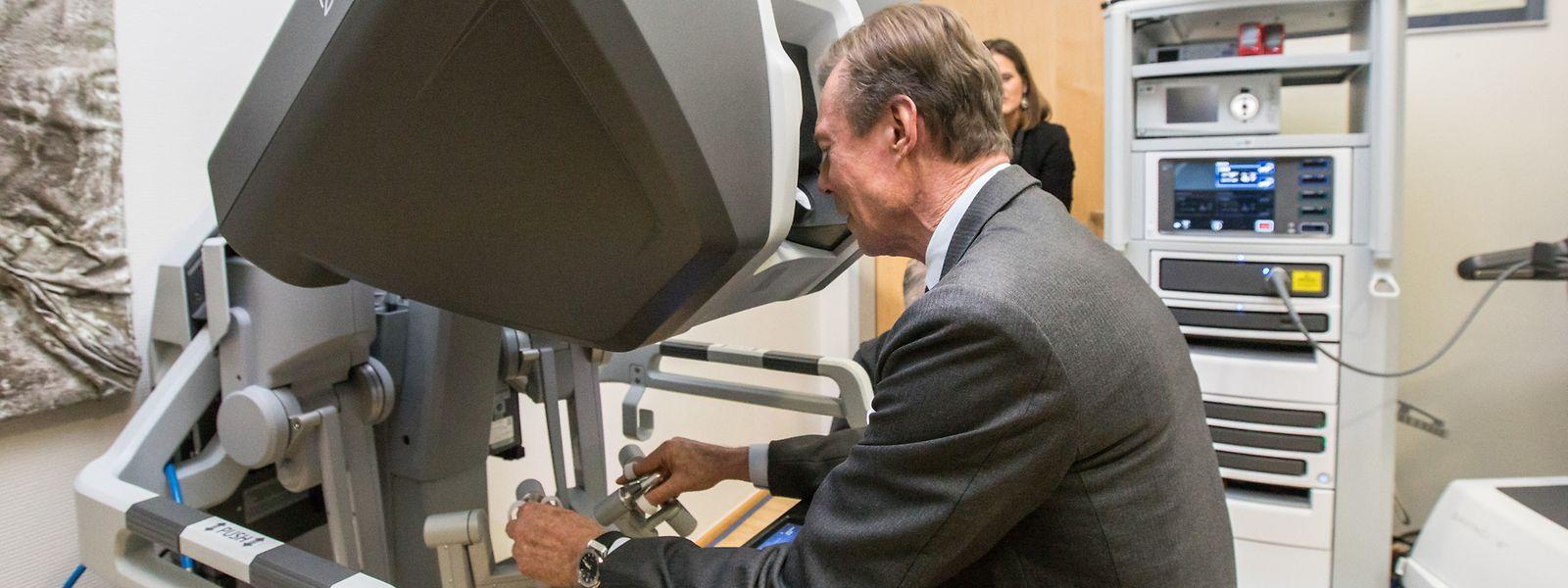 Großherzog Henri setzte sich mit großem Interesse mit dem Da-Vinci-Roboter auseinander.