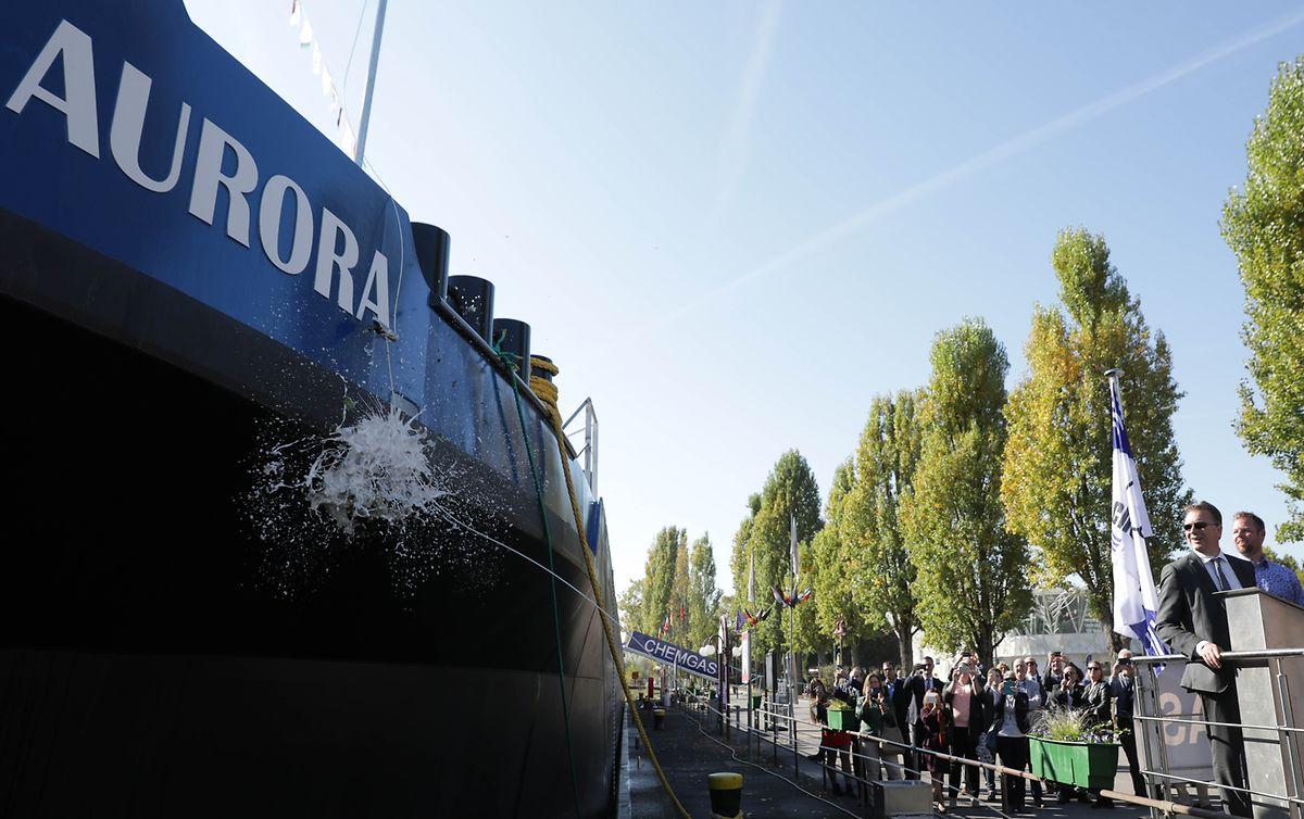 Wie bei klassischen Schiffstaufen üblich, zerschellte die Flasche am Rumpf.