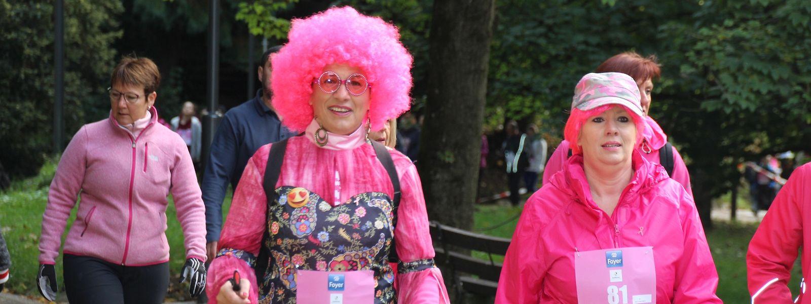 Pink, die Symbolfarbe im Kampf gegen Brustkrebs, dominierte bei den Outfits der Teilnehmer.