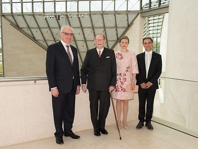 (De g. à dr.) Guy Arendt, secrétaire d'État à la Culture, le grand-duc Jean, la grande-duchesse héritière, présidente du conseil d'administration du MUDAM, et Enrico Lunghi, directeur général du MUDAM