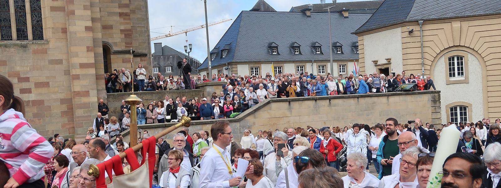 Tausende Pilger versammelten sich im Abteihof, um durch die Altstadt zu ziehen.