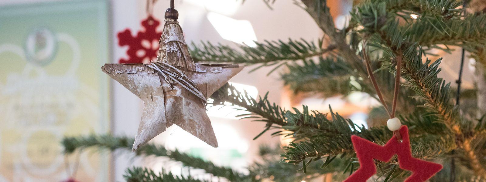 Online sind unzählige Ideen zu finden, wie man selbst Weihnachtsdeko herstellen und so seinen Christbaum nachhaltig schmücken kann.
