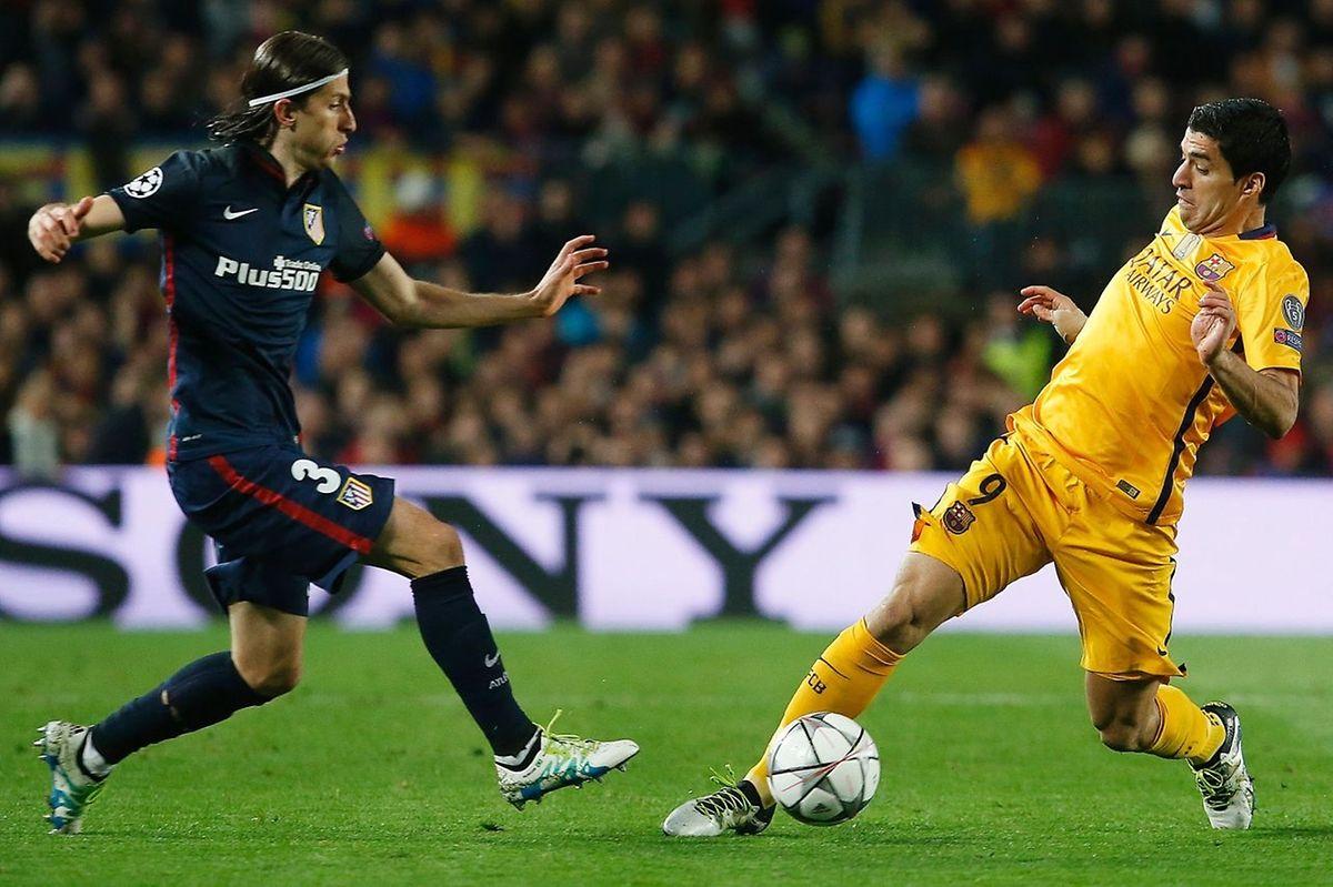 Filipe Luis tente de stopper Luis Suarez. Le Barça retouvera mercredi son buteur uruguayen pour affronter l'Atletico de Madrid.