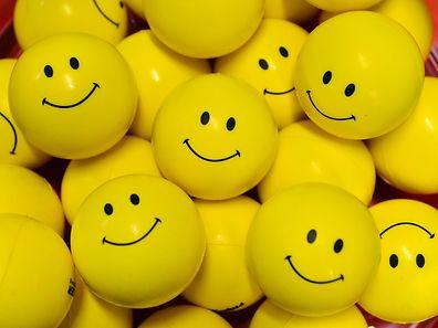 Bitte lächeln? Feedback-Gespräche sind nicht immer angenehm. Doch im besten Fall motivieren sie den Mitarbeiter zu neuen Leistungen.