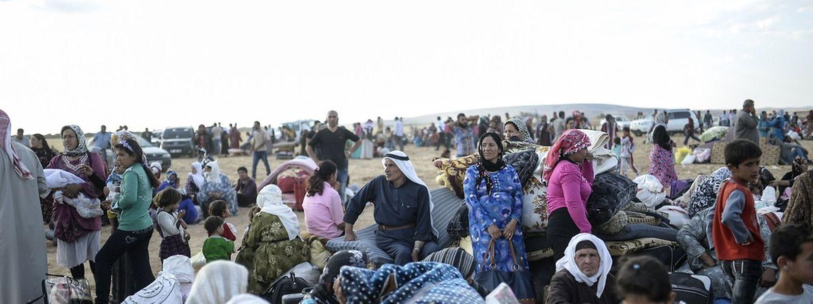 Zehntausenden Menschen blieb nichts anderes als die Flucht, nachdem IS-Extremisten Ende vergangener Woche Angriffe auf kurdische Dörfer im syrisch-türkischen Grenzgebiet gestartet hatten.