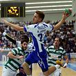 O jogador do FC Porto, Hugo Santos (D), marca um golo contra o Sporting, durante o primeiro jogo da fase final do Campeonato Nacional de Andebol, disputado no pavilh�o Drag�o Caixa, no Porto, 09 de maio de 2015. ESTELA SILVA/LUSA
