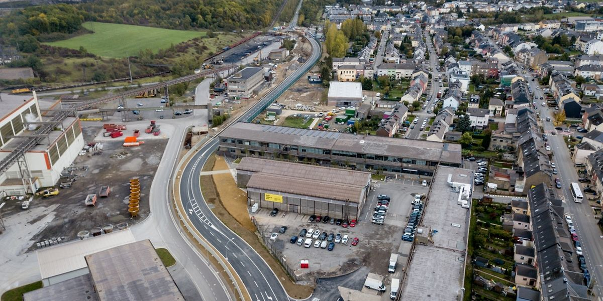 """Links auf diesr Luftaufnahme schlängelt sich die """"Rocade de Differdange"""". Rechts ist die Rue Emile Mark zu sehen, in der der Verkehr sich nun verringern dürfte."""