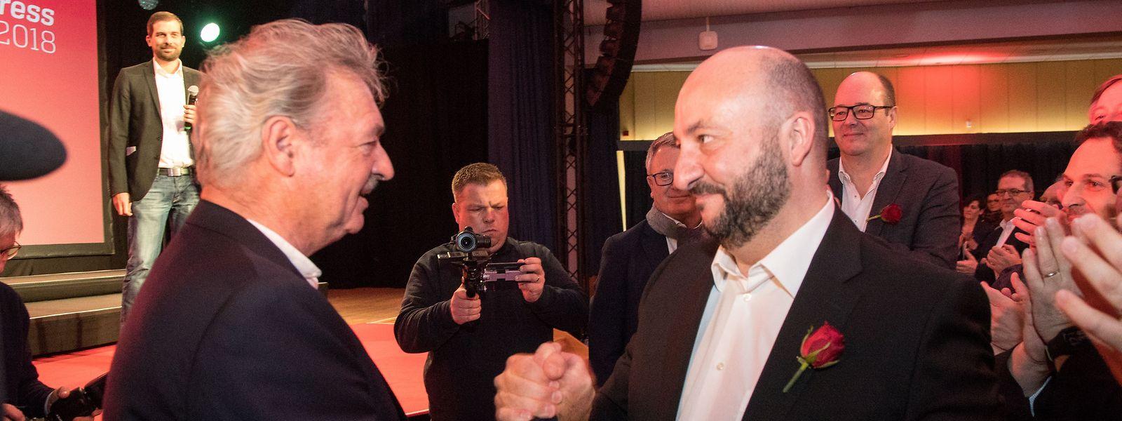 Jean Asselborn beglückwünscht Etienne Schneider, den neuen und alten Spitzenkandidaten der LSAP.