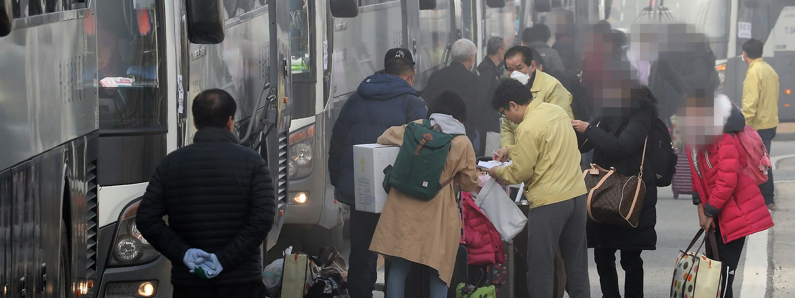Aus der Quarantäne entlassene Evakuierte verlassen die Stadt Wuhan, die als Epizentrum des neuen Coronavirus gilt.