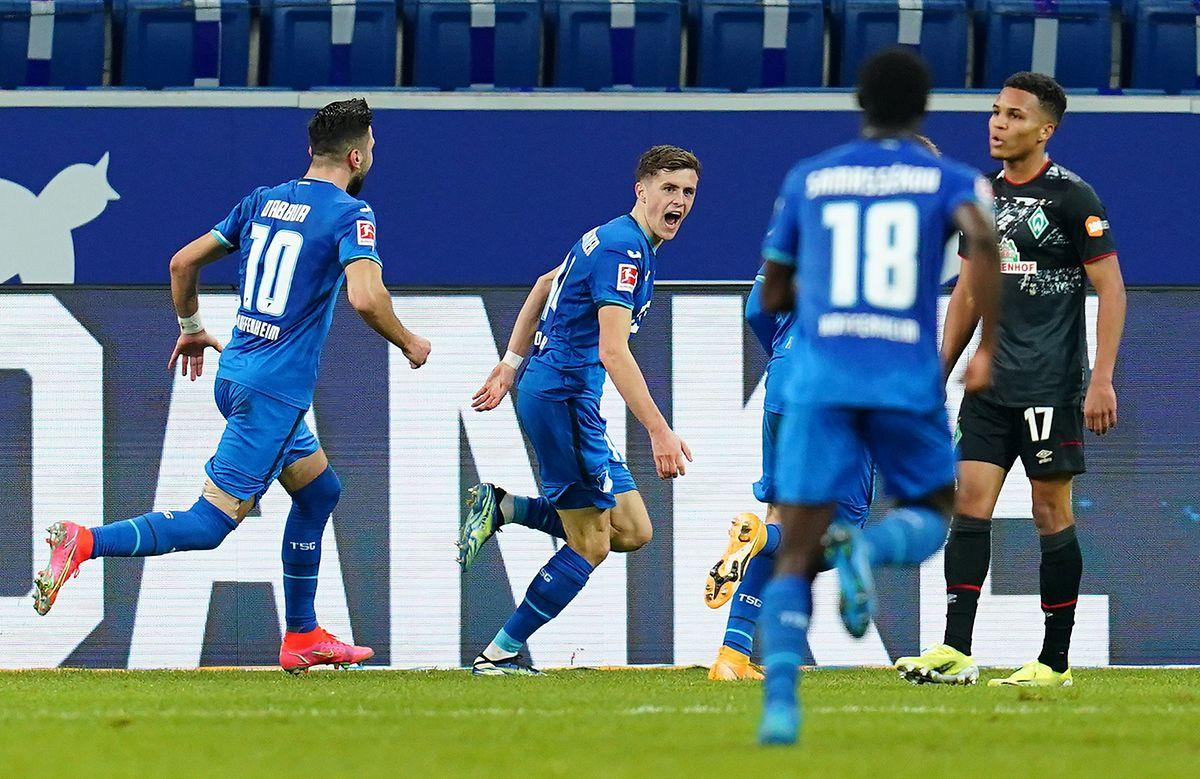 Hoffenheims Christoph Baumgartner (2.v.l.) jubelt über seinen Treffer zum 2:0.