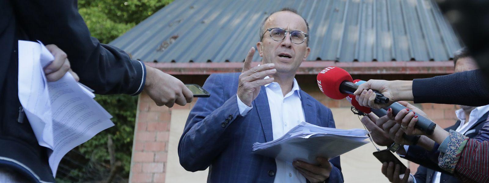 Roberto Traversini bei einer Pressekonferenz vor seinem Gartenhaus.