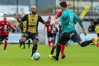 Ralph Schon dégage sous la menace de Manu Françoise. Le gardien de la sélection s'est montré impeccable.