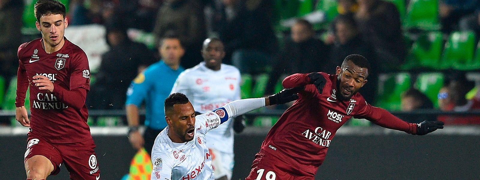 Habib Maïga (à dr.) et Metz se déplacent à Nîmes après avoir signé le nul 1-1 face à Reims.
