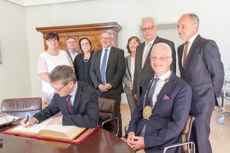 Der luxemburgische Botschafter Jean Graff trägt sich in das Goldene Buch der Stadt Trier ein.