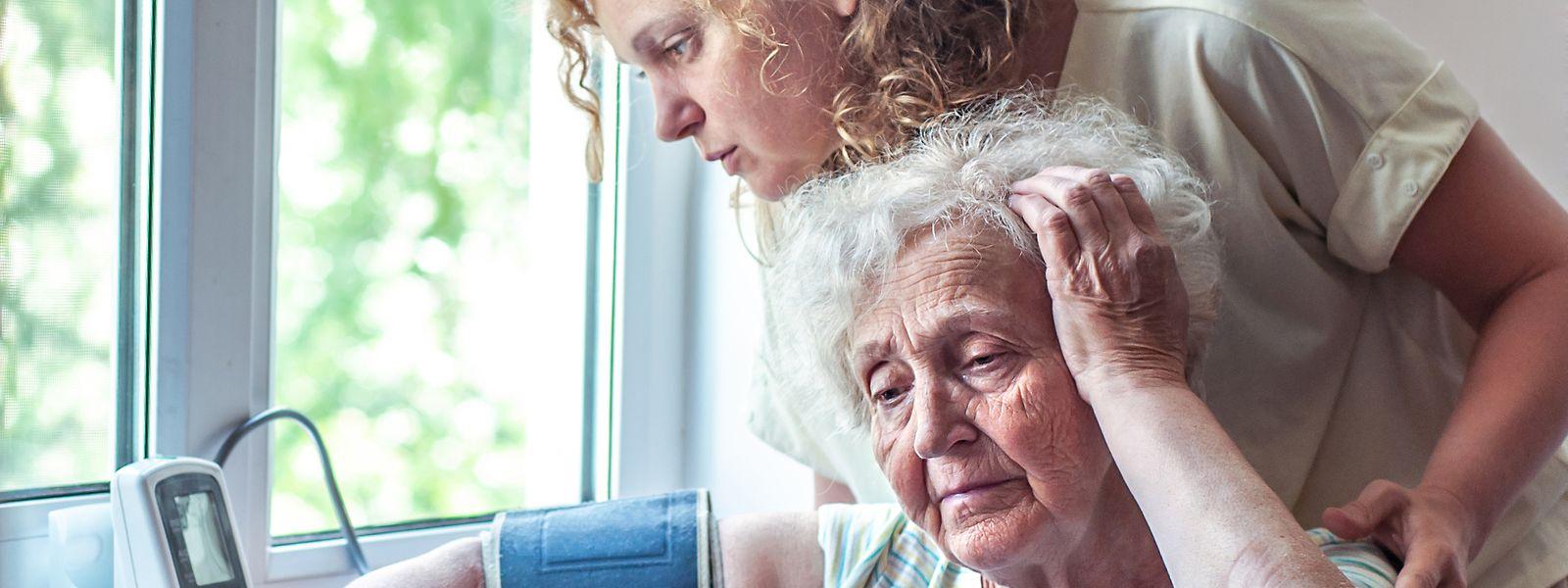 Die Angestellten in Alten- und Pflegeheimen müssen strenge Maßnahmen ergreifen und die Vitalwerte der Bewohner besonders gut im Auge behalten.
