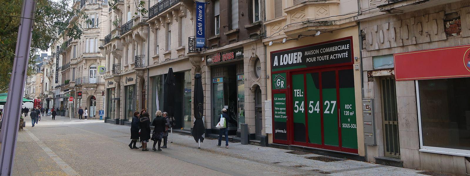 """Noch steht in großen Buchstaben """"à louer"""" am 125, Rue de l'Alzette. In den kommenden Monaten soll dort ein Restaurant, das von Flüchtling betrieben wird, öffnen."""