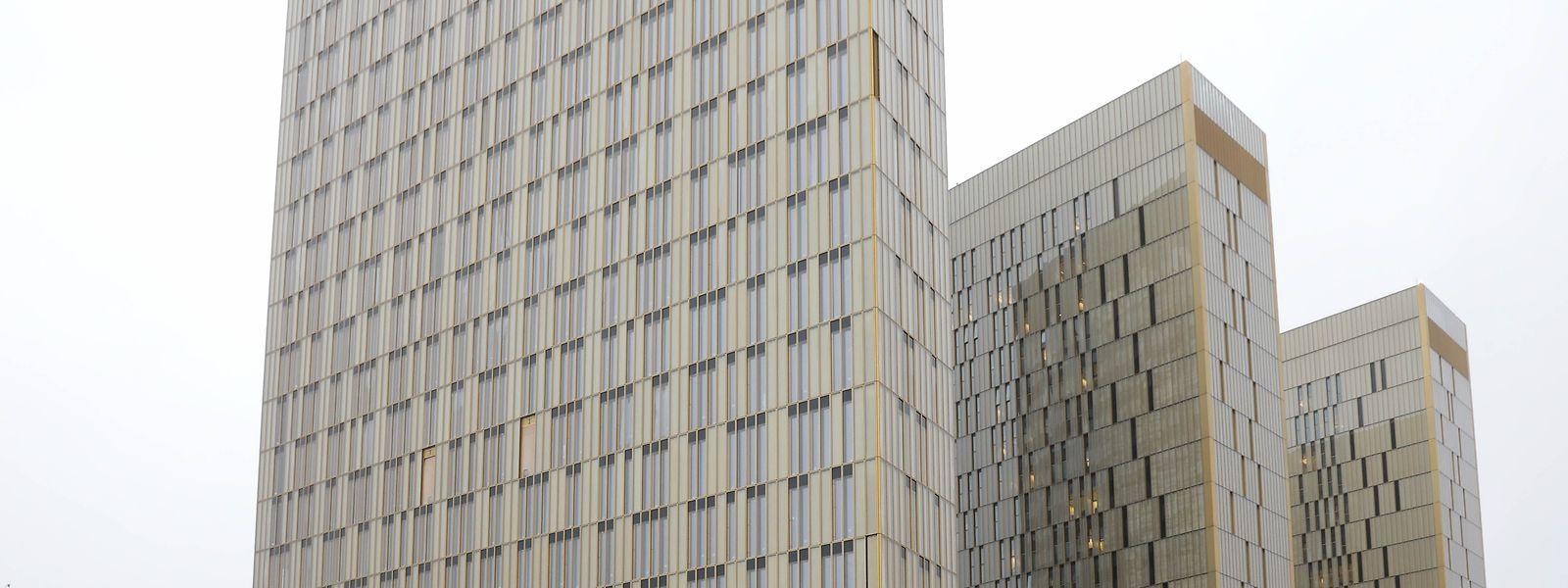La troisième tour mêlera noir et or et sera six étages plus haute que ses sœurs jumelles.
