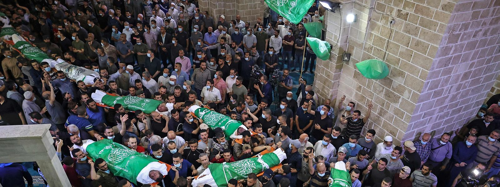 Beerdigung in der al-Omari Moschee in Gaza: Palästinenser tragen die Leichen von 13 Hamas-Kämpfern, die bei israelischen Luftangriffen getötet wurden.