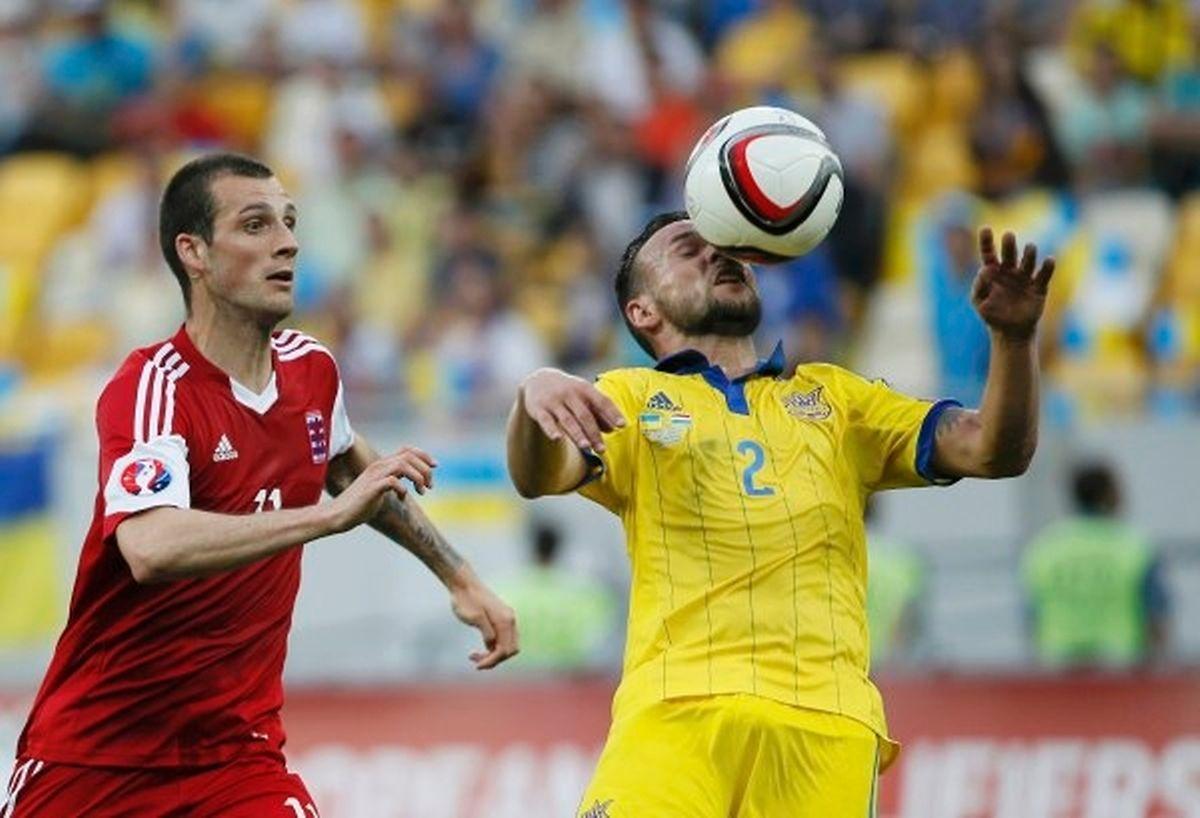 Technisch und physisch überlegener Gegner: Stefano Bensi (l.) im Zweikampf mit dem Ukrainer Mykola Morozyuk.