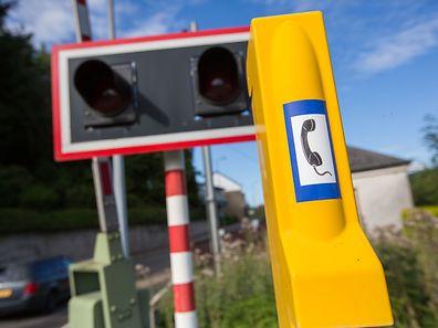 Alle Bahnschranken sind mit einem gelben Notfalltelefon ausgestattet.
