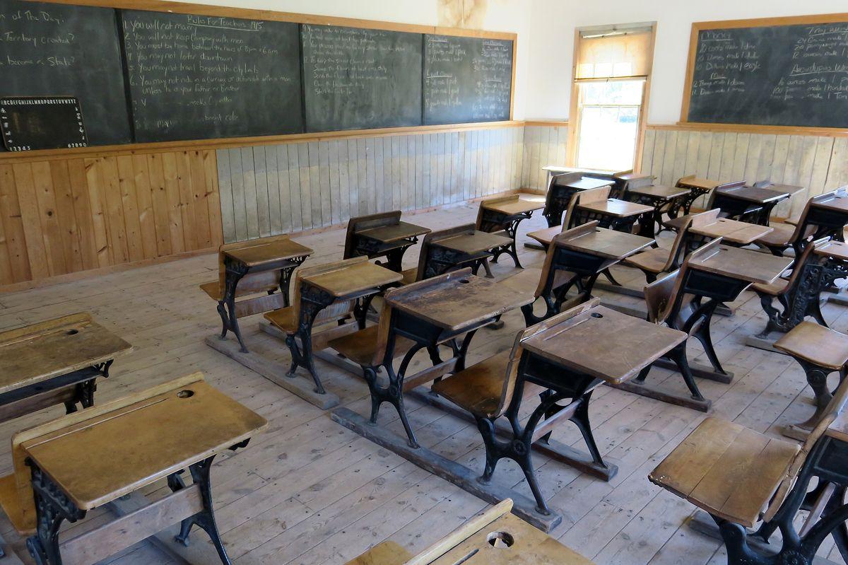 Harter Alltag für Schüler und Lehrer: Im alten Schulhaus von Bannack sind die originalen Holzbänke noch so aufgereiht wie vor 100 Jahren.