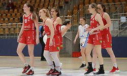 Musel Pikes jubelt, freut sich, Jubel, Freude nach Sieg - Mikayla Rose Ferenz (Musel Pikes #9), Charlie Bidinger (Musel Pikes #4)m Cathy Schmit (Musel Pikes #8), Carole Sitz (Musel Pikes #7), Laure Diederich (Musel Pikes #6) / Basketball, Luxemburg,Total League Frauen, Saison 2020-2021, Halbfinale / 12.05.2021 / Residence Walferdingen - Musel Pikes / Centre sportif Prince Henri, Walferdingen / Foto: Ben Majerus