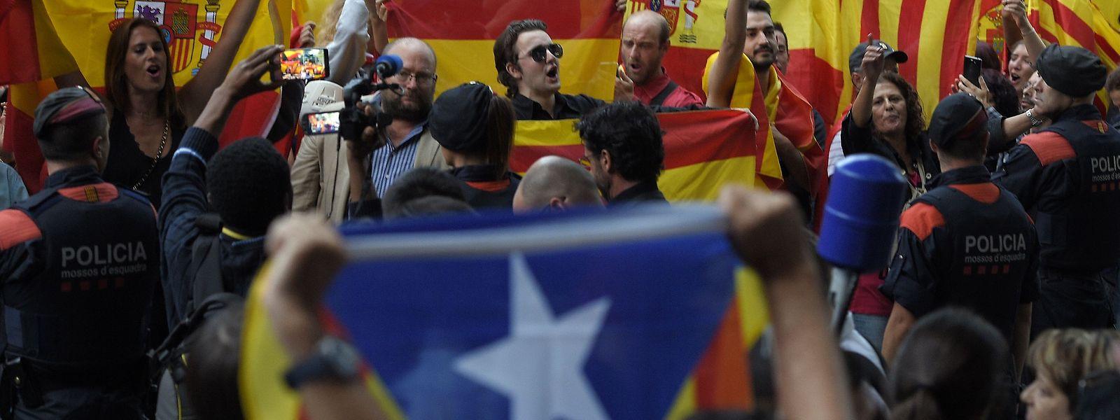 Manifestantes contra a independência com bandeiras de Espanha, frente à Assembleia Nacional Catalã, em Barcelona.
