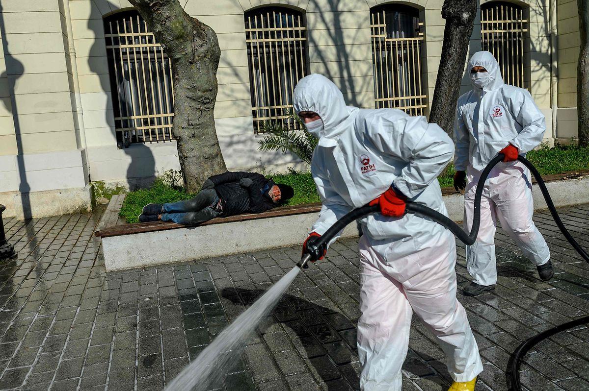 Wegen des Corona-Virus wird in Istanbul die Umgebung desinfiziert.