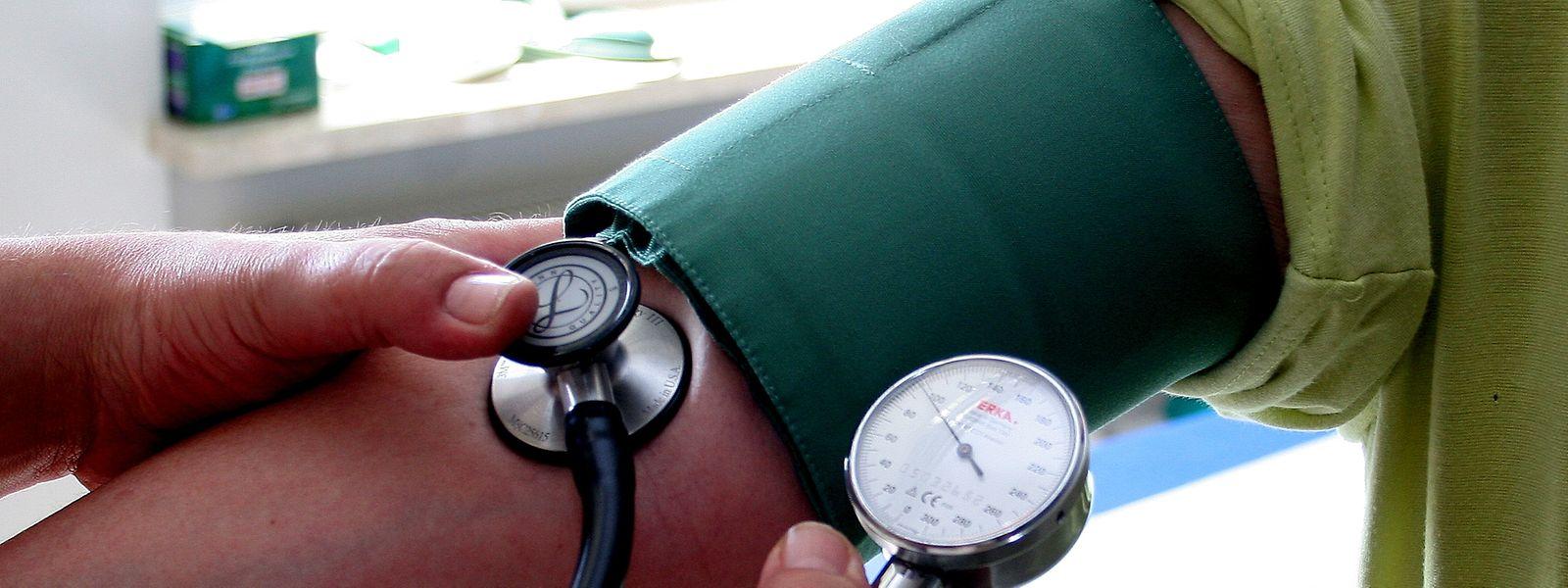 Der Blutdruck sollte regelmäßig kontrolliert werden.