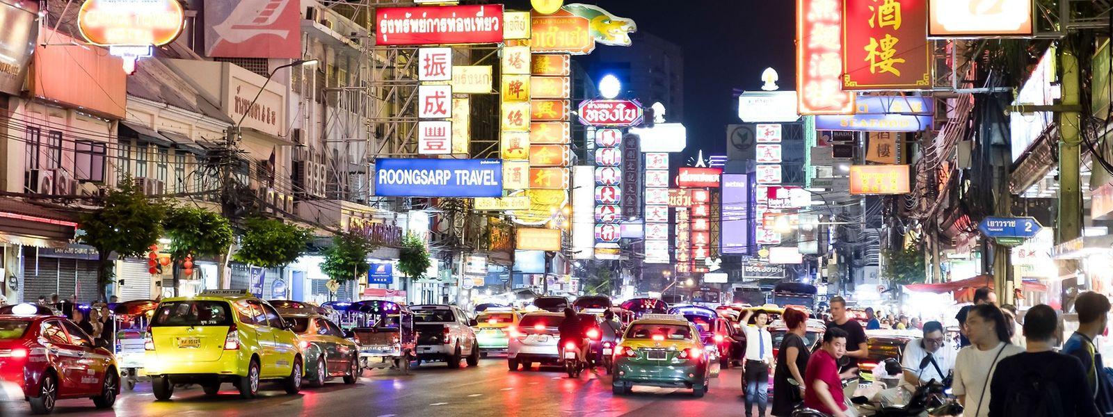À Bangkok, tout pétarade, tout fume, tout grouille. Aux feux, chaque passage au vert ressemble à un départ de courses de motos.