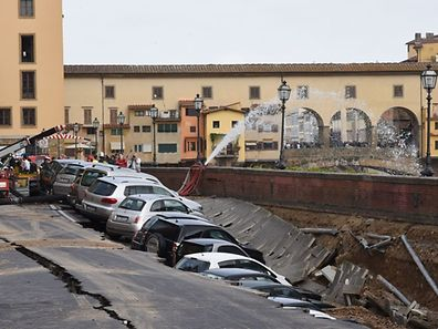 Firemen work along the Arno river where a collapsing of two hundred meters by seven wide occured early on May 25, 2016 on Lungarno Torrigiani in central Florence between Ponte Vecchio and Ponte alle Grazie. The collapse could be due to the rupture of a large water pipe firemen said.  / AFP PHOTO / CLAUDIO GIOVANNINI