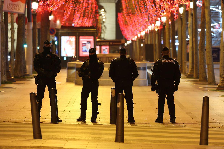 Routineeinsatz: Polizeikräfte auf den Champs Elysées in Paris. Hier gilt eine Ausgangssperre von 20 Uhr an Silvester bis 6 Uhr am Neujahrsmorgen.
