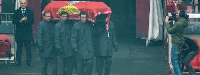 A urna de Eusébio passou pelo Estádio da Luz, antes de seguir em direcção ao cemitério do Lumiar, onde o corpo foi a enterrar