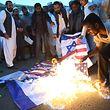 Radikale Islamisten, hier in Karachi, verbrennen die israelische und die US-Flagge. Doch bei Symbolismus wird es nicht bleiben.