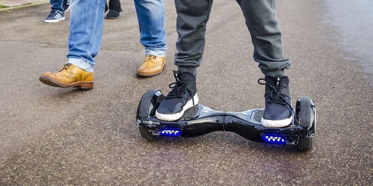 Elektrische Kleintransportmittel wie Hoverboards sind zurzeit nicht auf öffentliche Straßen erlaubt.