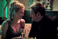 Luc Jacoby (Marc Limpach) ist fasziniert von Bardame Grazyna (Anja Antonowicz).
