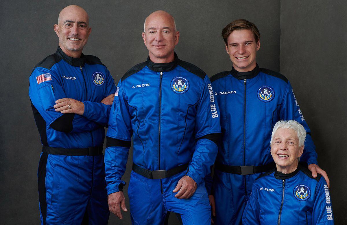 Bereit fürs All: Jeff Bezos, sein Bruder Mark (l.), Oliver Daemen aus den Niederlanden und Wally Funk, Luftfahrtpionierin aus Texas.