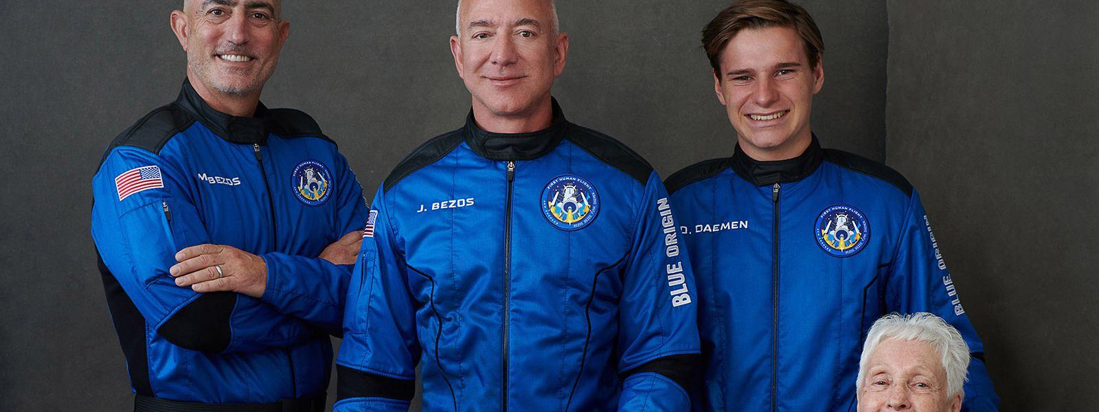 Da esquerda para a direita, Mark Bezos, Jeff Bezos, o jovem holandês Oliver Daemen, de 18 anos, e a ex-piloto norte-americana Wally Funk, de 82 anos. Os quatro partem esta terça rumo ao espaço.