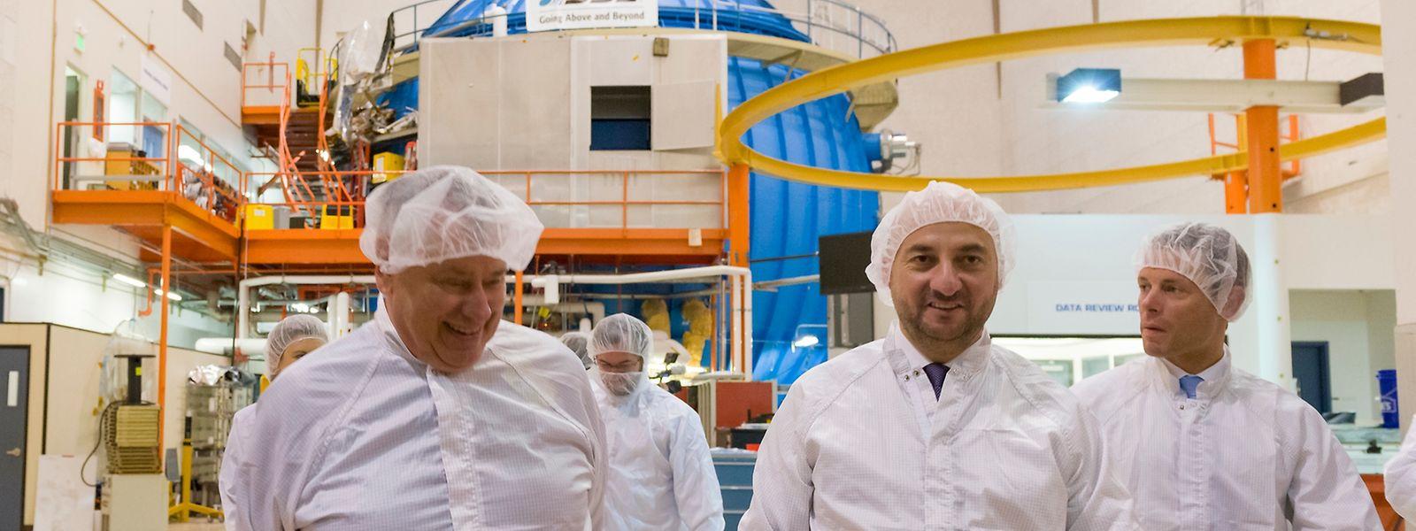 Pete Worden et Etienne Schneider visitent le coeur de SSL, où sont fabriqués les satellites du groupe