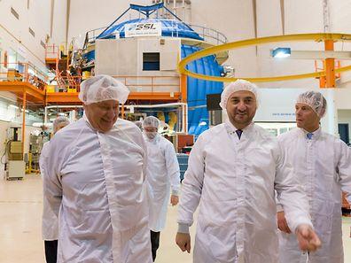(de g. à dr.) Dr. Simon Pete Worden, conseiller pour le gouvernement pour l'initiative Space Resources et ancien directeur du Centre de recherche Ames de la NASA ; Étienne Schneider, Vice-Premier ministre, ministre de l'Économie; n.c