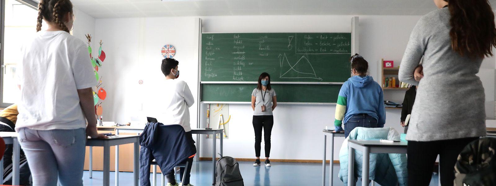 Anja Namur und ihre Klasse: Die Verbkonjugationen an der Tafel zeugen noch von der letzten regulären Unterrichtseinheit der Schüler vor zwei Monaten.