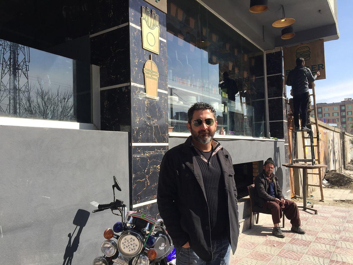 Der Kabuler Wirt Humajun Sadran vor seinem neuen Café-Restaurant im Viertel Taimani.