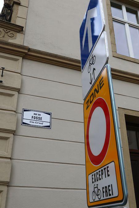 Schilder in der Rue du Fossé zeigen: Hier ist Radfahren erlaubt.