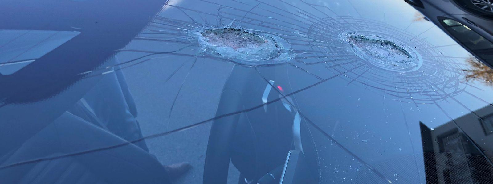 Die Windschutzscheibe des getroffenen Wagens hielt den Einschlägen stand.