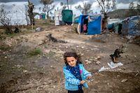 ARCHIV - 27.02.2020, Griechenland, Lesbos: Ein kleines Mädchen steht am Stacheldrahtzaun in einem provisorischen Zeltlager in der Nähe des Camps für Migranten in Moria. Deutschland will in der kommenden Woche 50 unbegleitete Minderjährige aus den Flüchtlingslagern auf den griechischen Inseln aufnehmen. Wie die Deutsche Presse-Agentur am Dienstag (07.04.2020) in Berlin erfuhr, hat die Landesregierung in Hannover zugesagt, dass sie ihre Corona-Quarantäne von zwei Wochen in Niedersachsen verbringen können. Foto: Angelos Tzortzinis/DPA/dpa +++ dpa-Bildfunk +++