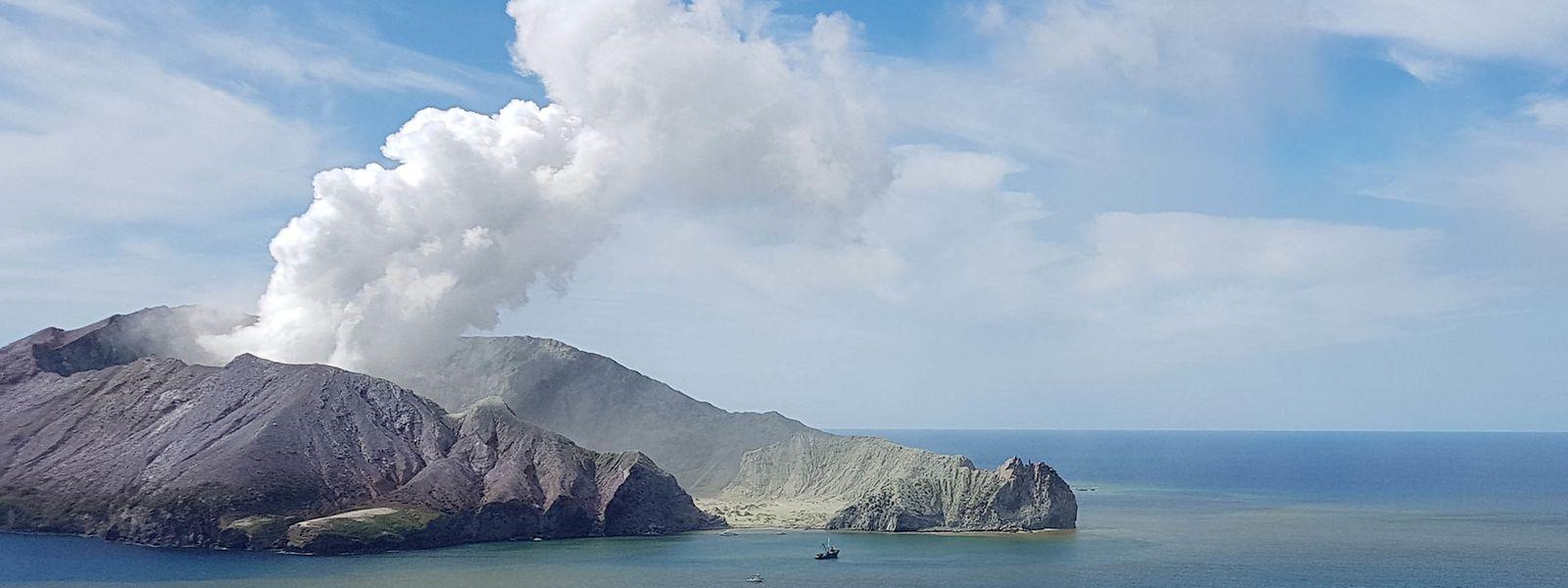 Dieses vom Auckland Rescue Helicopter Trust am 09.12.2019 zur Verfügung gestellte Foto zeigt einen rauchenden Vulkan auf der White Island. Aus dem Tagesausflug auf eine Vulkaninsel vor der Küste Neuseelands ist möglicherweise für etwa ein Dutzend Urlauber ein tödliches Abenteuer geworden.