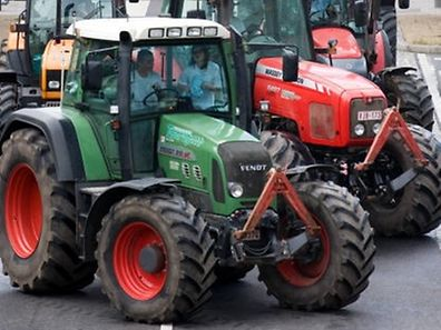 Hundreds of tractors block a road during a protest against milk quotas and the low price of milk at the start of a EU agriculture meeting in Luxembourg June 22, 2009.     REUTERS/Charles Caratini    (LUXEMBOURG AGRICULTURE BUSINESS FOOD POLITICS)