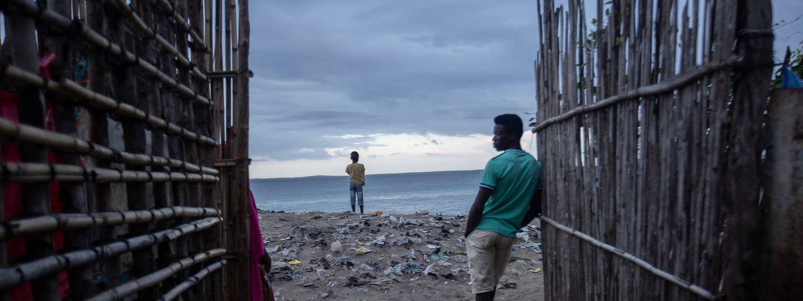 Habitantes locais no porto de Paquitequete onde se aguarda a chegada de deslocados oriundos das vilas de Palma e Afungi. Estas duas localidades foram alvo de ataques de grupos terroristas armados na última semana.